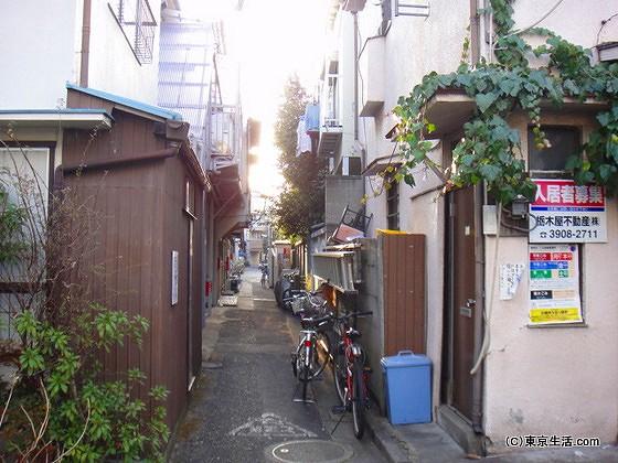 昔ながらの長屋住宅と細い路地