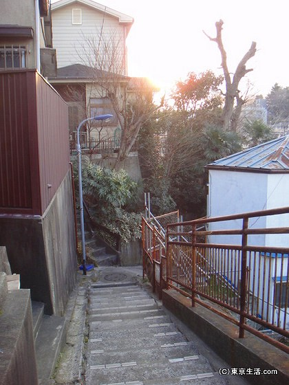 急な階段と手すり