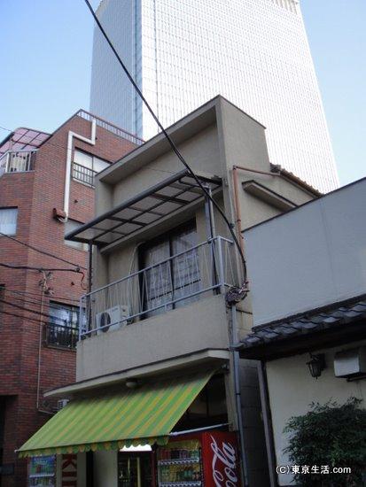 高級マンションと密集型住宅街