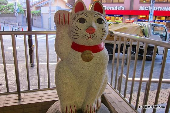 豪徳寺の商店街|世田谷線と招き猫のたまにゃんの画像