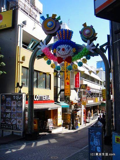 竹下通りの原宿駅側