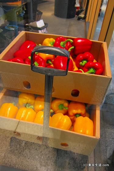 池袋駅で野菜を食べる