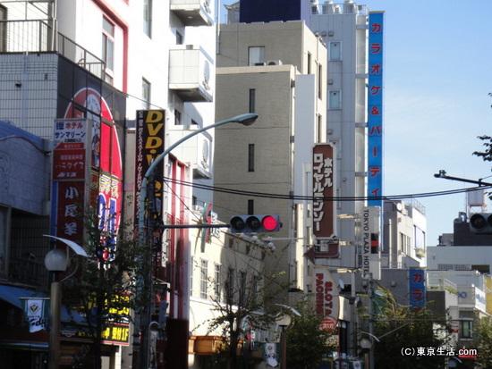 繁華街的な街並み
