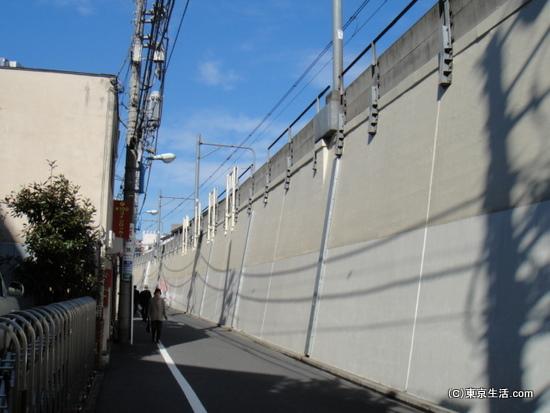 ゲットーの壁のようなJR線高架
