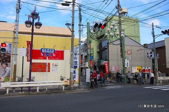 千葉街道を渡る