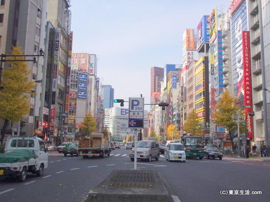 歌舞伎町と隔てる靖国通り
