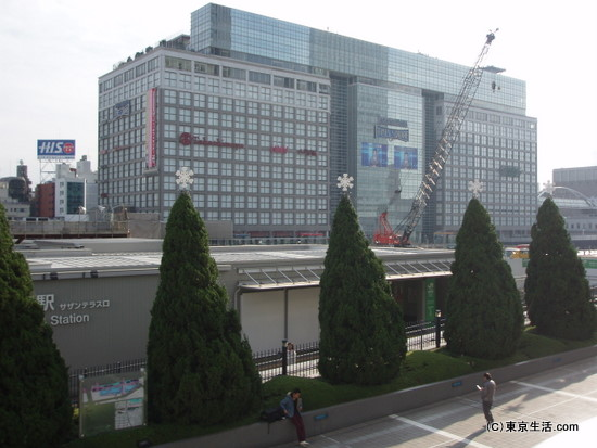 新宿駅南口。新宿高島屋とサザンテラス。