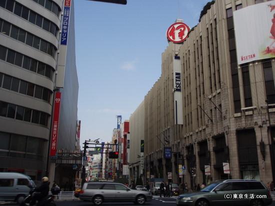 新宿の百貨店通り