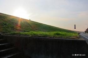 荒川土手の水門と夕陽|戸田公園の散歩
