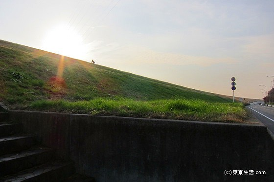 戸田公園の散歩|荒川土手の水門と夕陽の画像