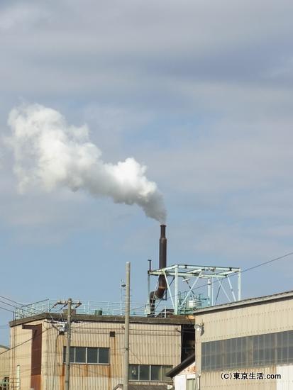 鶴見線沿線の煙を出す工場