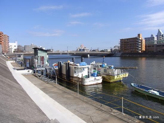 鶴見川の釣り船