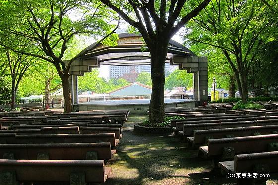 日比谷公園の森の中の小劇場