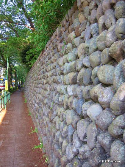 千歳船橋の住宅街の玉石垣