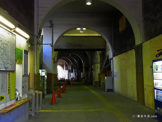 国道駅の構内
